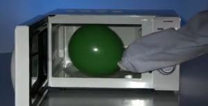 Микровлновка и воздушный шарик