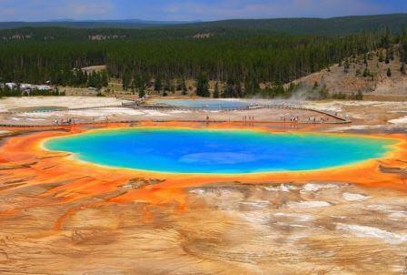 результат жизнедеятельности пигментированных бактерий, существующих по краям источника с богатой минералами водой. Цвет бактерий изменяется от зелёного до красного и зависит от соотношения хлорофилла и каротиноидов в их популяции.