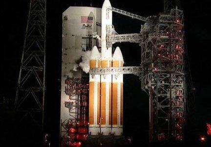 Старт ракеты-носителя с космдрома на мысе Канаверал.