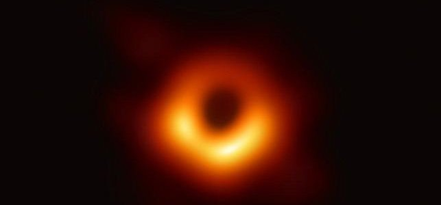 Ученые впервые показали миру снимок черной дыры