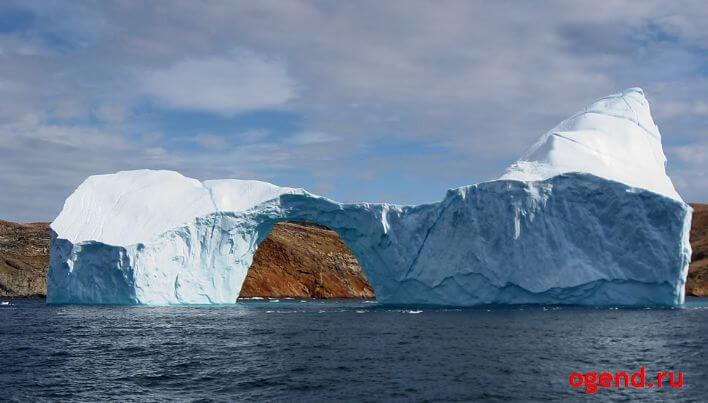 айсберг с дырой