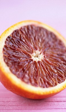 """Ученые-генетики, путем своих """"нехитрых"""" манипуляций, решили создать апельсины с красным внутренним составом и тем самым превратить обычные апельсины в очень полезный для здоровья продукт."""