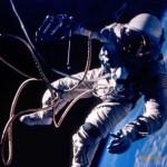 космонавт в открытом космосе