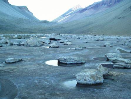 В составе воды озера Дон-Жуна обнаружено содержание закиси азота, которую в нормальных условия обитания производят микроорганизмы, а в данном случае закись азота — результат реакции скал и соленой воды 2