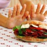 Используя гаджет во время обеда, вы рискуете набрать лишний вес