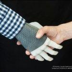 Ученые впервые создали протез руки, подключенный напрямую к нервам человека