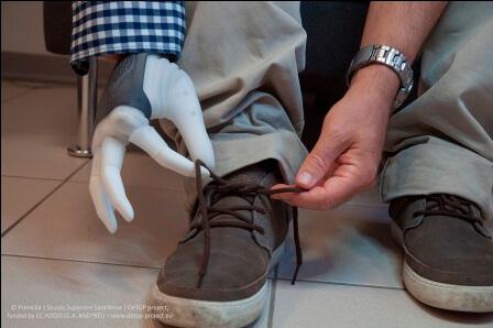 протез руки 2 шнурки завязывать