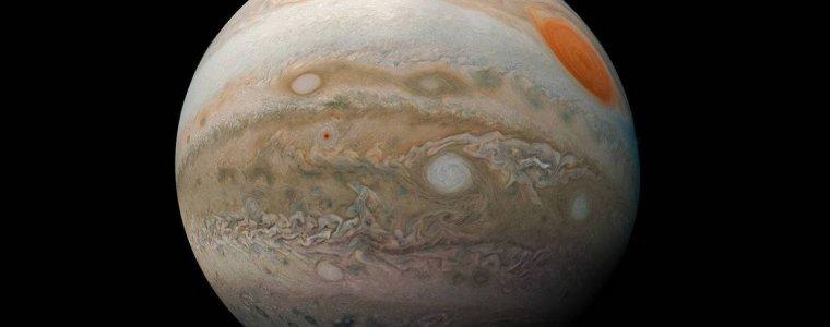 Юпитер выглядит как гигантский мраморный шар на потрясающем изображении