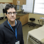 Мать двоих детей первой получила инъекцию экспериментальной вакцины от коронавируса